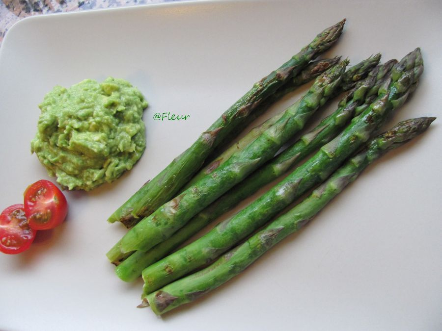 Grilled asparagus with avocado sauce