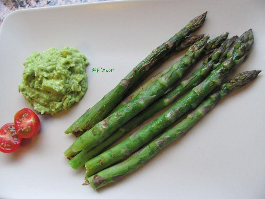 Gegrilde asperges met avocado saus