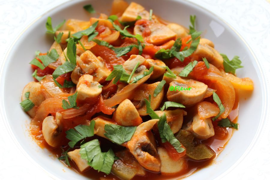 Mushrooms in tomato sauce