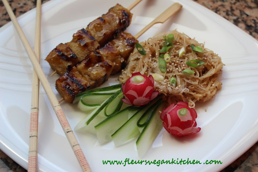 Seitan teriyaki with rice noodles